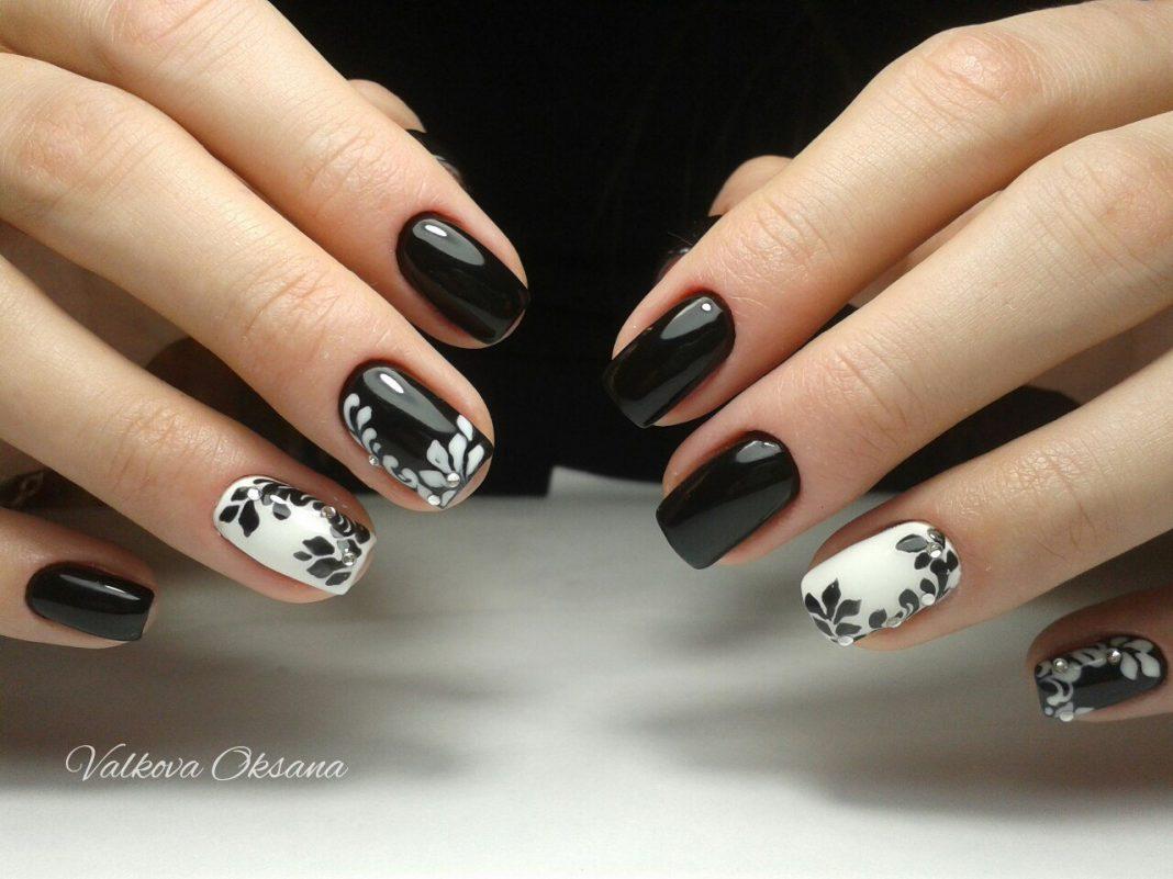 Фото черных ногтей с рисунком цветов