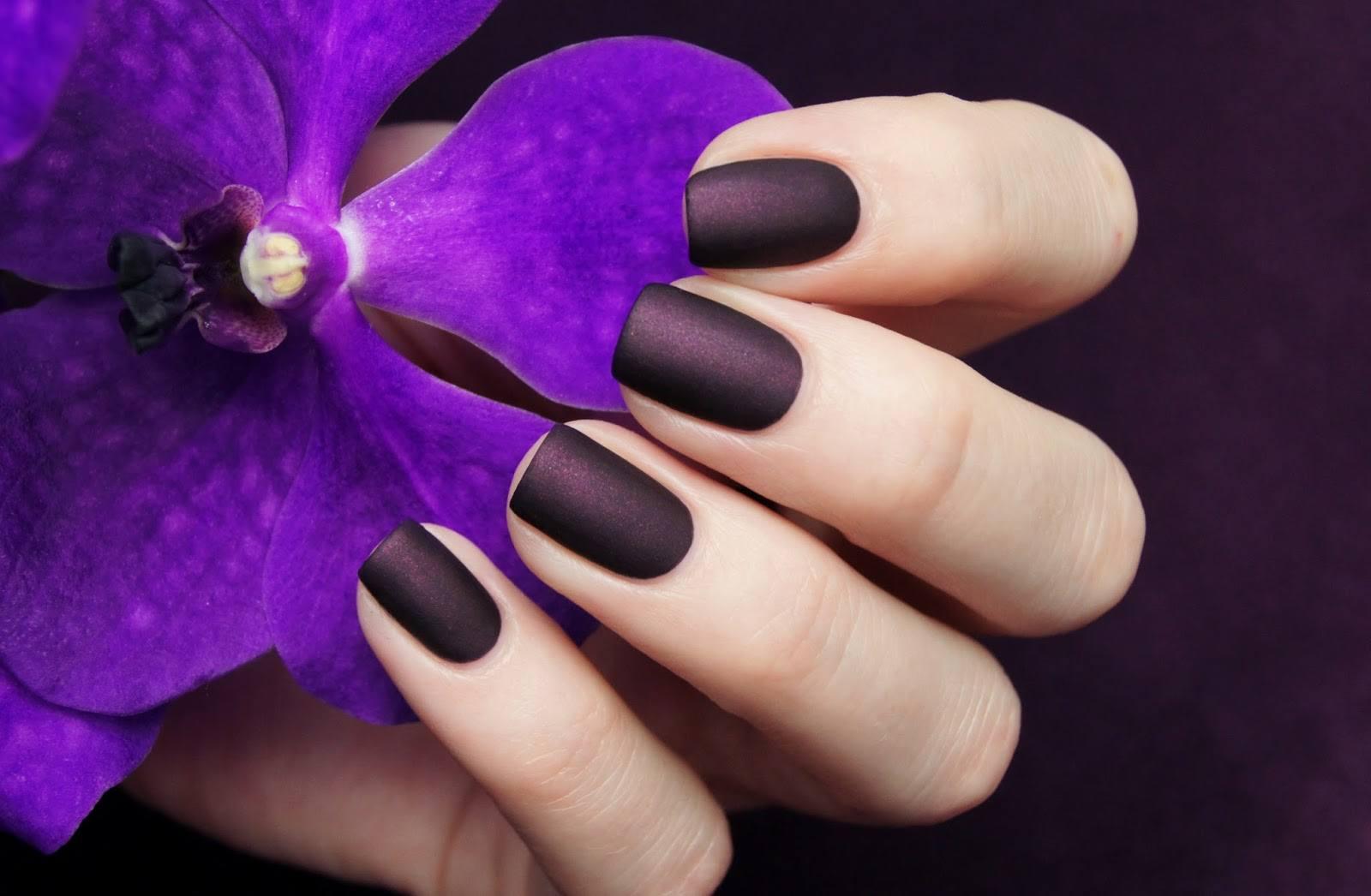 Темный маникюр матовый на коротких ногтях