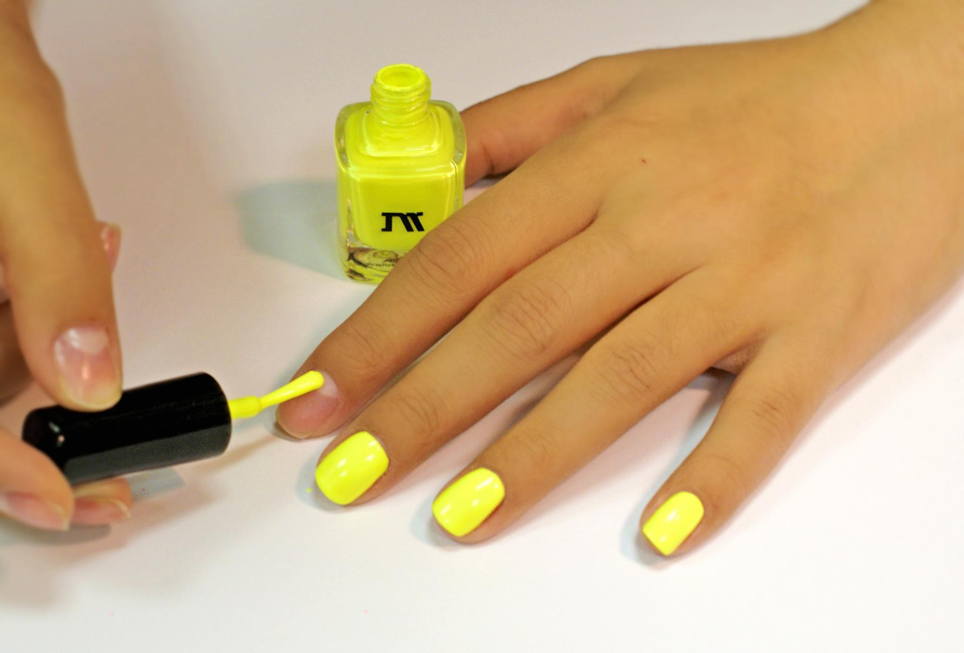 Жёлтый лак для ногтей фото