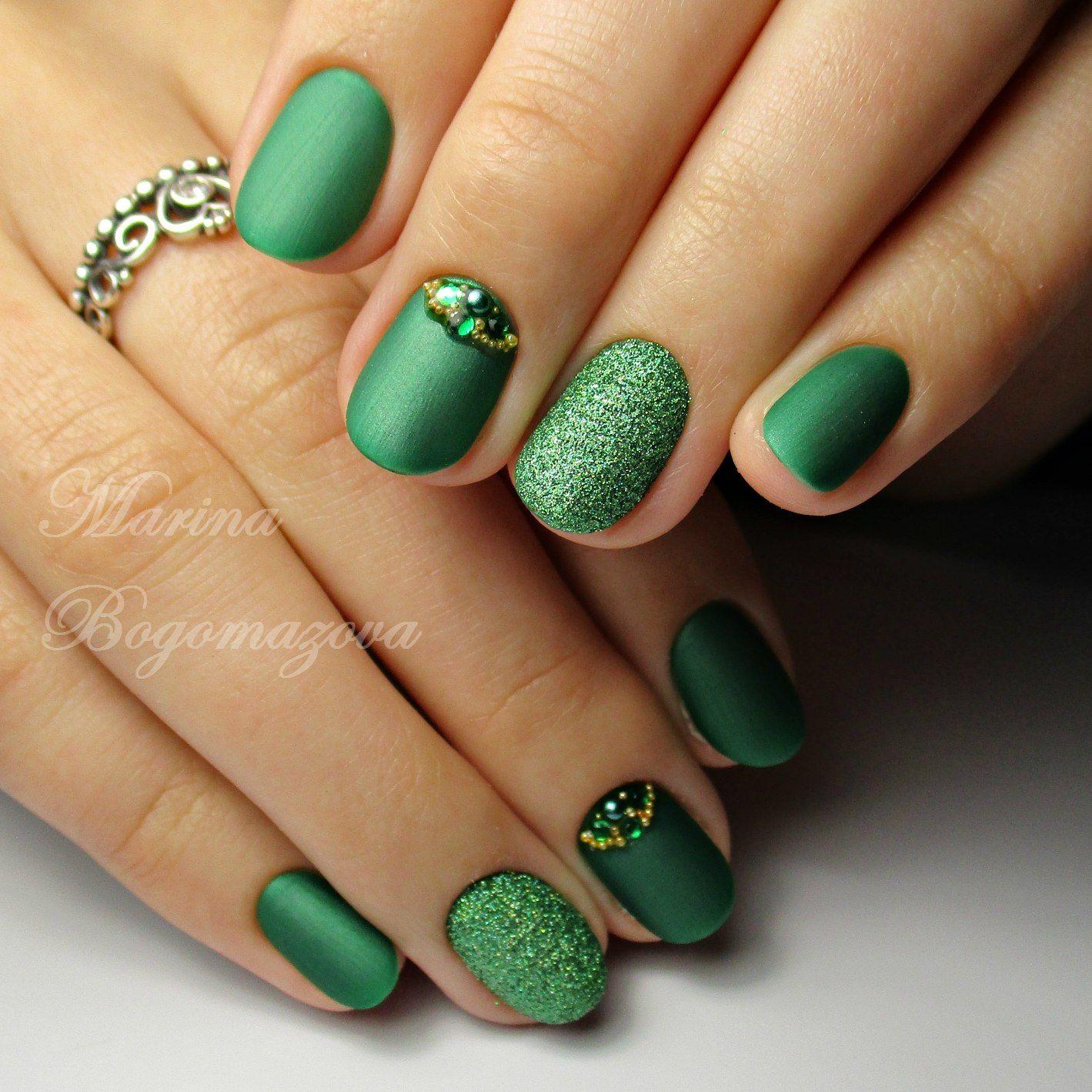 Маникюр зеленого цвета со стразами
