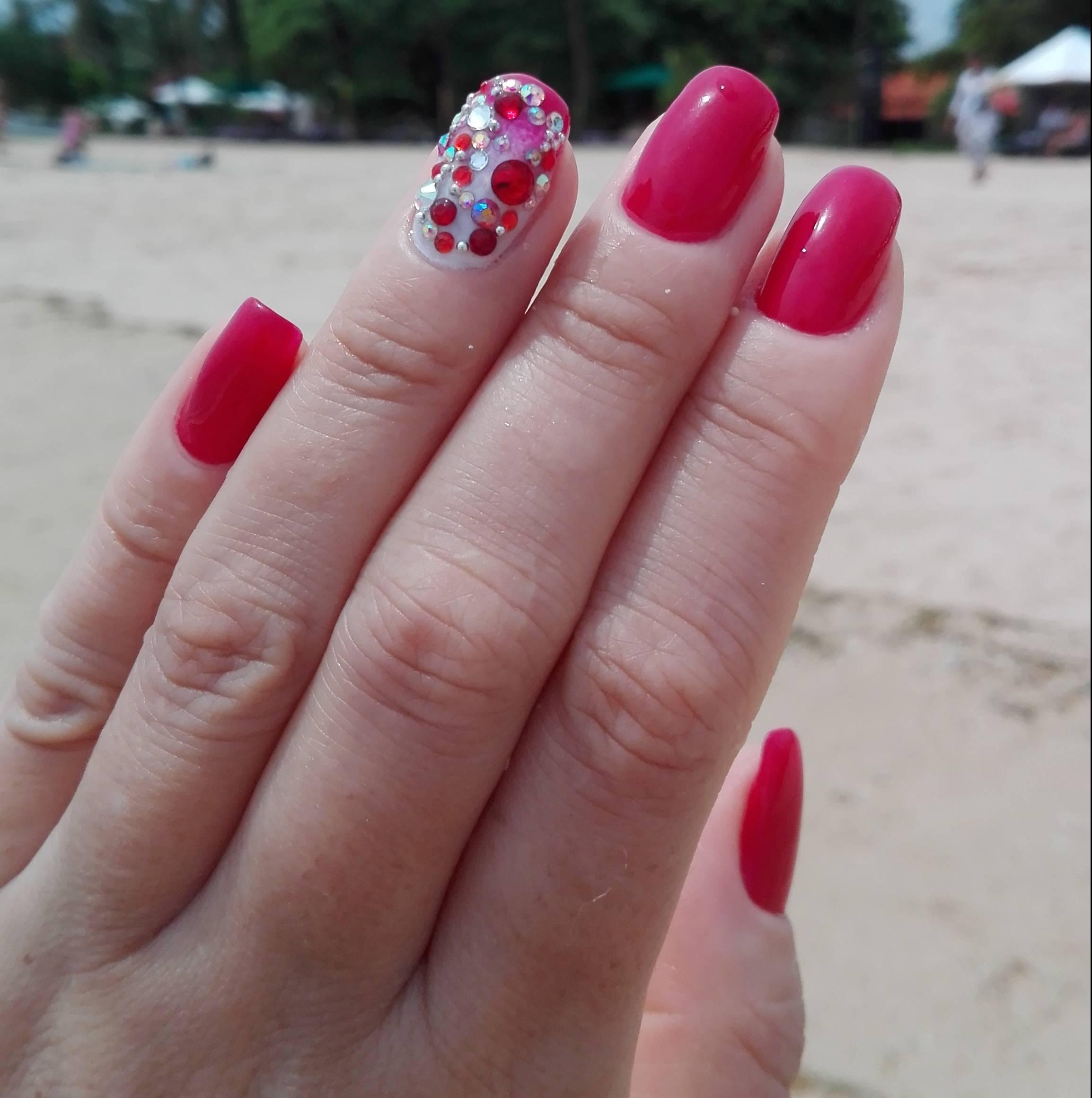 Стразы на розовых ногтях фото