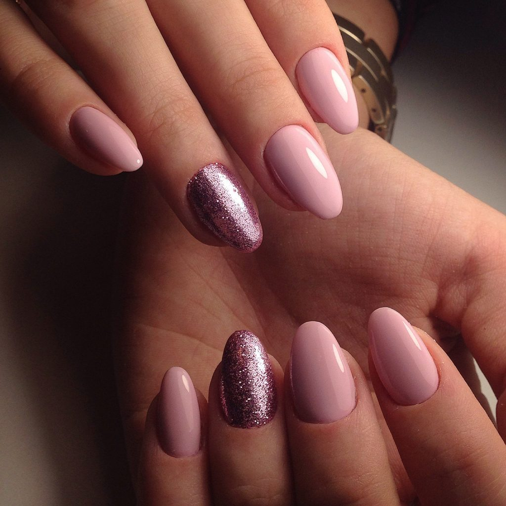 Нежный дизайн ногтей блестками фото