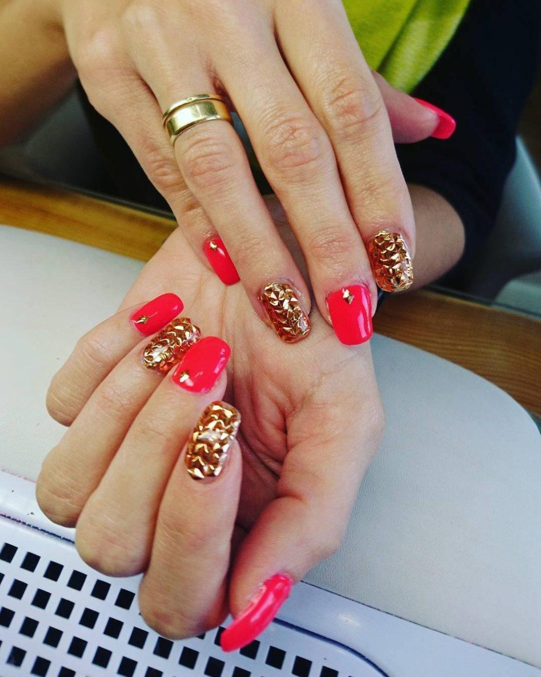 Ногти золото с красным дизайном фото