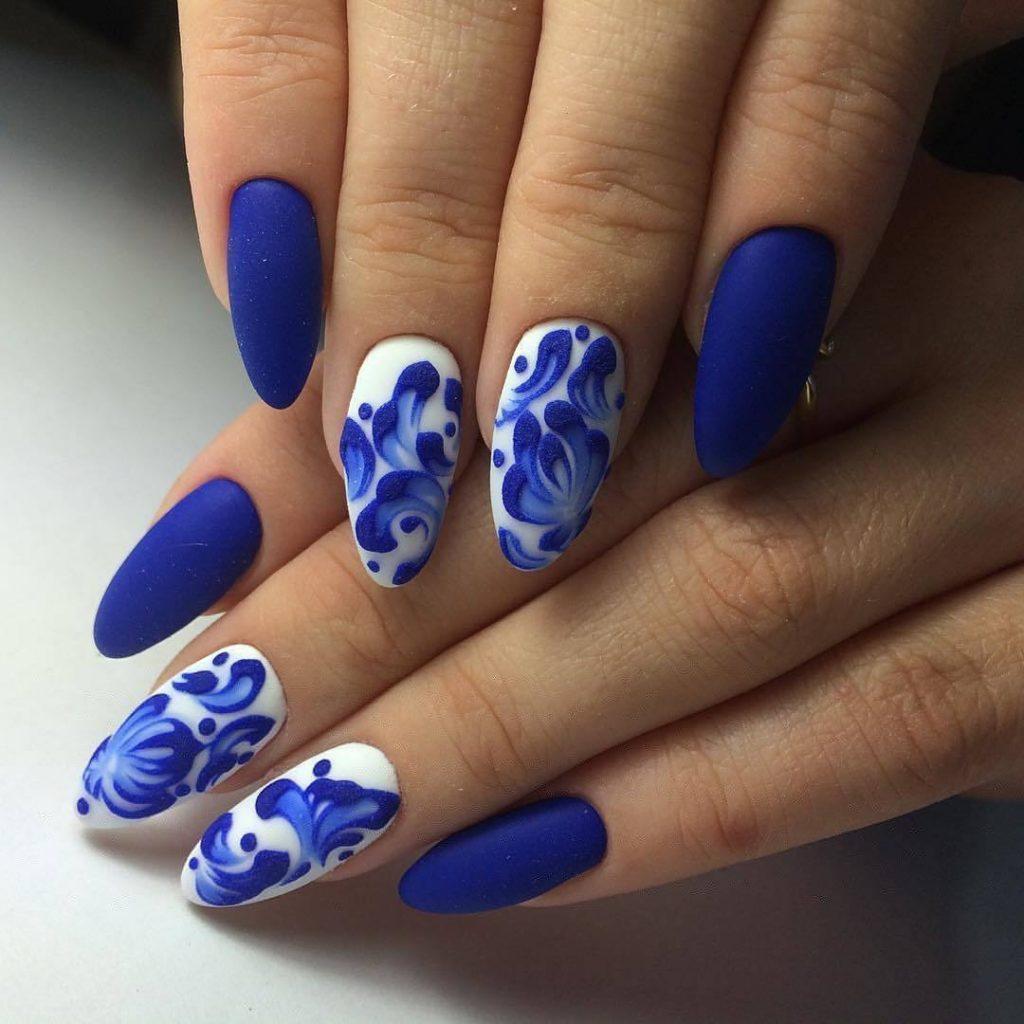 Фото дизайна ногтей гель лаком синий с белым