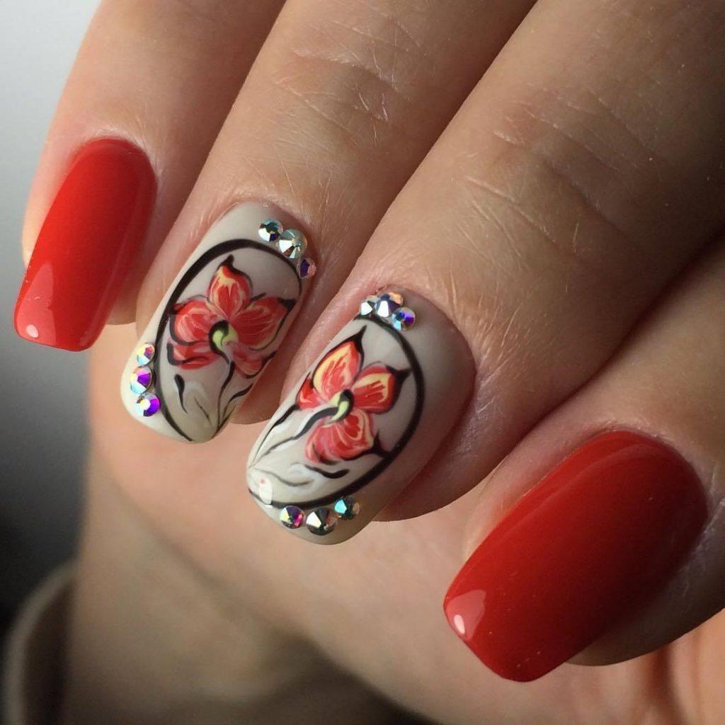 Фото маникюра кораллового с дизайном одного ногтя тюльпаны